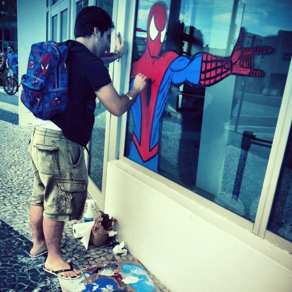 Reinaldo trabalhando na sua criação do Homem-Aranha